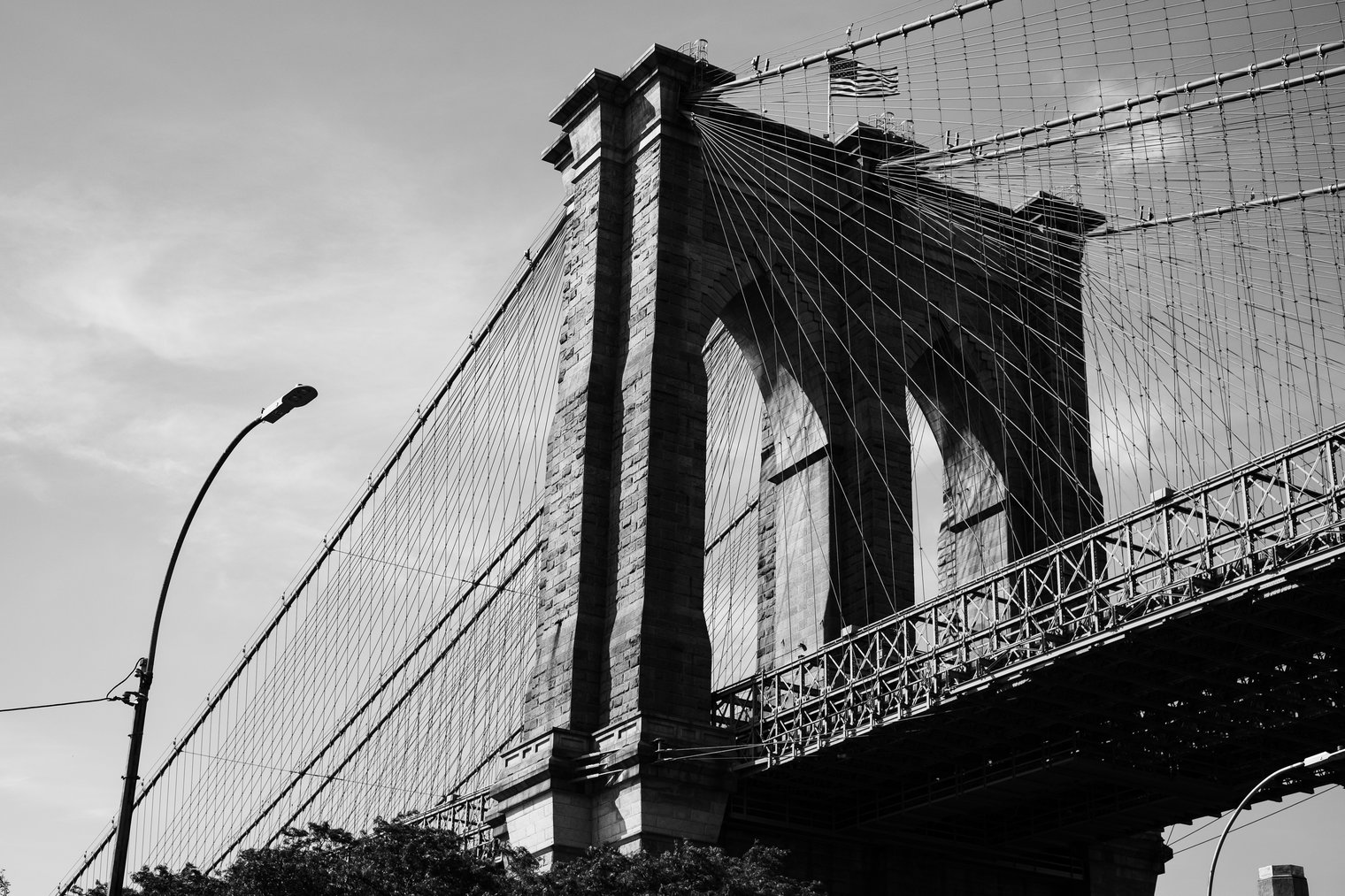 Black and white picture of brooklyn bridge in New York